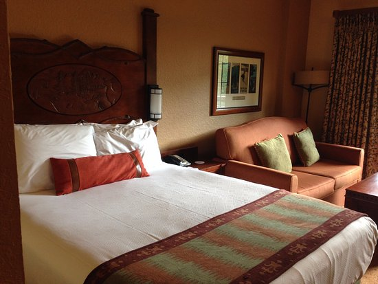 Villas at Disney's Wilderness Lodge: Deluxe Studio: Bed and Couch Bed