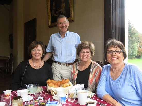 Picauville, França: Guillaume (Bill) joins us for breakfast with a history of the chateau