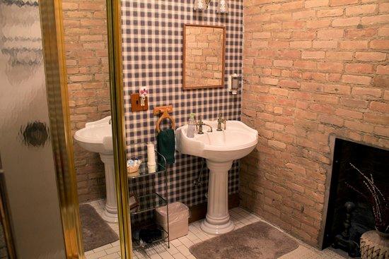 Alma, MI: Highland Bathroom