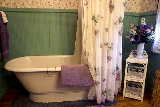แอลมา, มิชิแกน: Lancashire Room bathroom