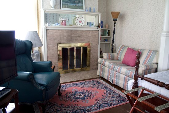 Alma, ميتشجان: Lancashire Room seating area with woodburning fireplace