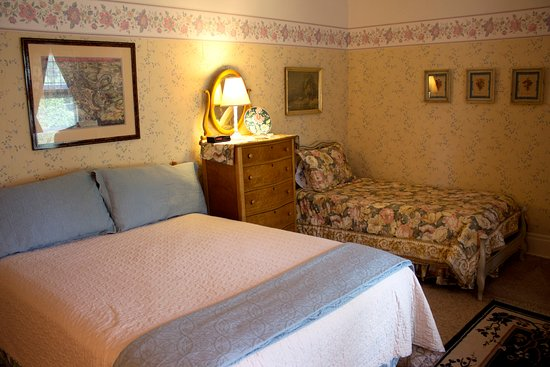 Alma, MI: Orchard Room with queen and twin beds
