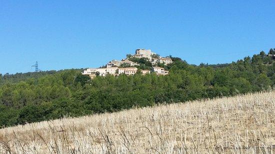 Montagnac, Fransa: le club et village de Montpezat vus de loin