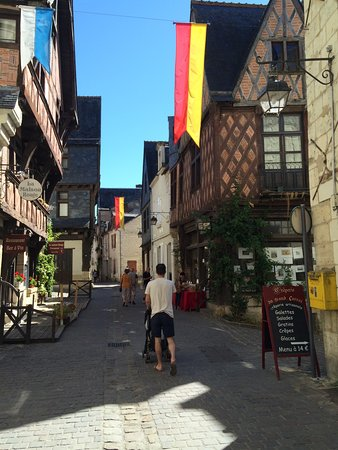 Mouliherne, Francia: Medieval streets of Chinon old town
