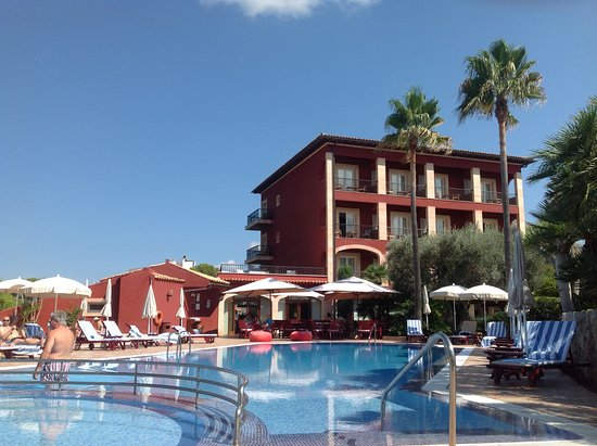 Hotel Cala Sant Vicenc: View from pool to hotel and patio area