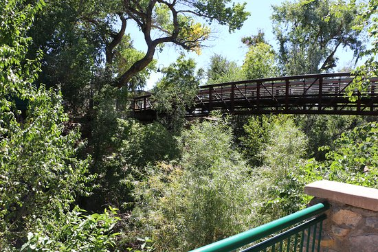 Silver City, Nuevo Mexico: Looking up at the bridge to the visitor center parking
