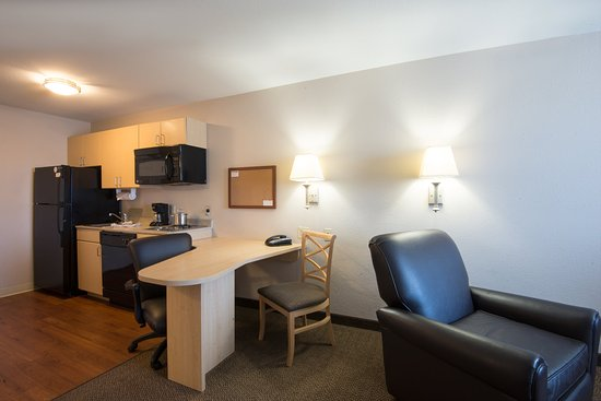 Candlewood Suites Sheridan: Queen Bed Guest Room Kitchen
