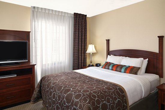 Franklin, WI: Queen Bed Studio Suite
