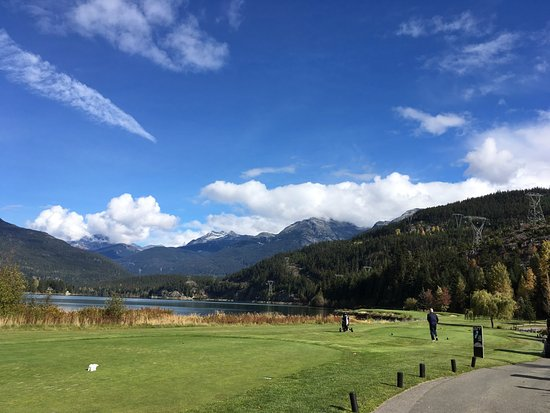 Nicklaus North Golf Course: Mountains and lake surrounding Nicklaus North