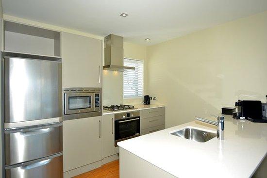 เปบเปอร์บลูวอเตอร์รีสอร์ท: Bedroom Mountain View Kitchen