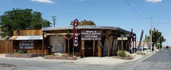 Yucca Valley, Californien: Old Town Gallery & Gifts and Mimi's Quilt Shop plus Apex Laserworks
