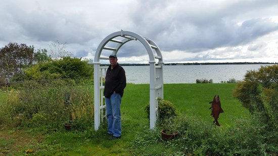 Baileys Harbor, WI: The backyard offers outdoor dining in favorable weather