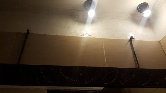 Pesona Resort: espejo y techo del baño