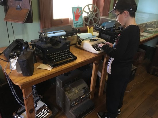 Berry, Australien: Typewriters and old phones for kids to explore.
