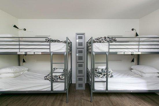 Samesun Kelowna: Each bed has a locker, power bar and lamp