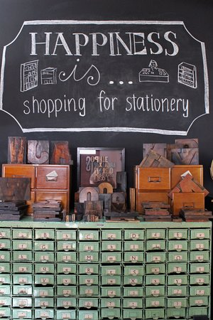 New Norfolk, Αυστραλία: These green drawers are full of old wooden printing blocks, all for sale