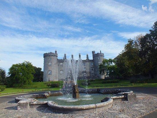 Kilkenny, Ireland: Fonte do jardim