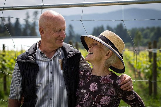 Mill Bay, Καναδάς: on a Cheers Cowichan Winery tour..sweet couple