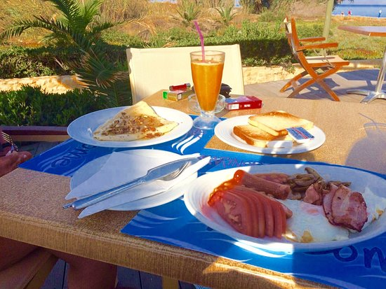 Marinos Beach Hotel Apartments: English breakfast & pancakes with honey 🍯 & walnuts... 😋