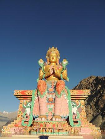 Kashmir, Indien: Maitreya Buddha Statue