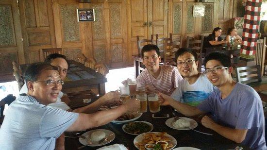 เกโรโบกัน, อินโดนีเซีย: Lunch time with chinese people they book bali inspiration tours