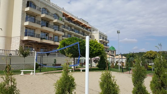 Kranevo, Bulgarije: Beach volley, soccer and tennis playgrounds are available.