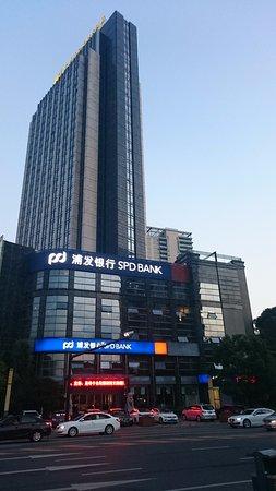 Tonglu County, Chine : Street view of hotel