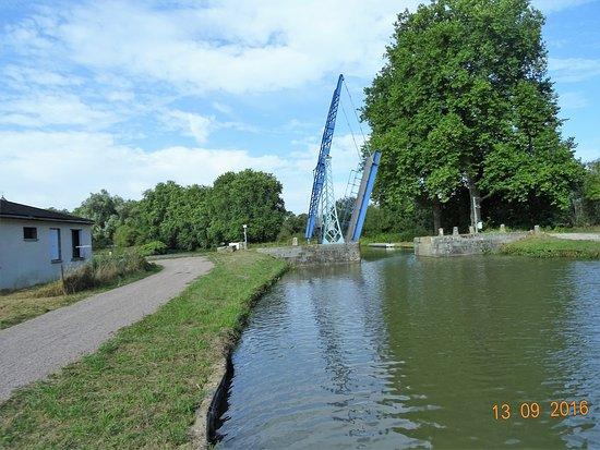 Le Relais Fleuri : Pont levis sur le Nivernais au niveau de Tannay.