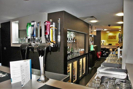Holiday Inn Express Belfast City Queens Quarter: Bar