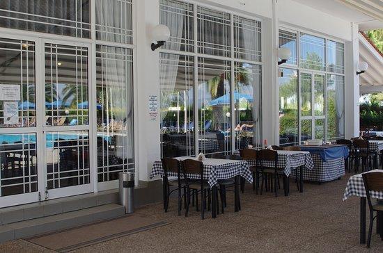 Xenios Port Marina: окна ресторана отеля