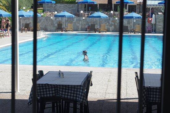 Xenios Port Marina: Вид на бассейн из ресторана - стекло чистейшее