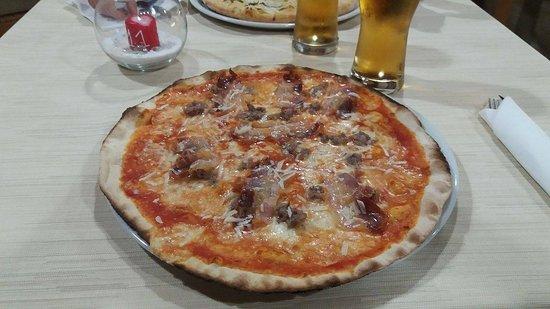 Gualdo Cattaneo, Ιταλία: Pizza buona cotta nel forno a legna