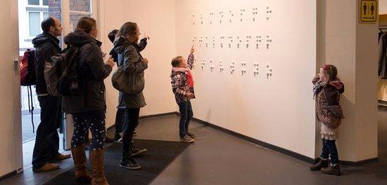 Braille Wand im Eingang des DIALOGHAUS HAMBURG - DIALOG IM DUNKELN und DIALOG IM STILLEN
