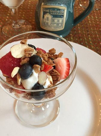 Wilmore, Κεντάκι: Breakfast (yogurt with fruit and homemade granola)
