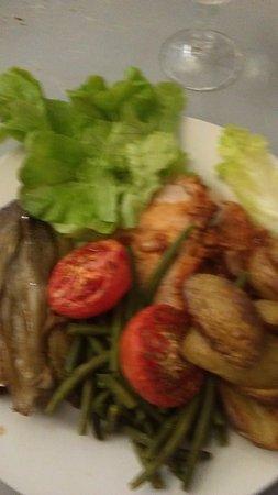 Lapalisse, Francja: Plat de ce jour. Hum . Frais préparé par la cuisinière! Merci de repas excellent.