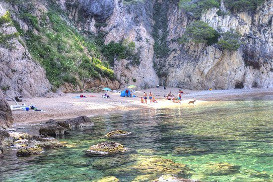 Cala Pola: The beach