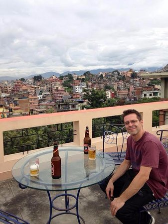 The Sparkling Turtle Backpackers Hostel: Enjoying a beer on the roof