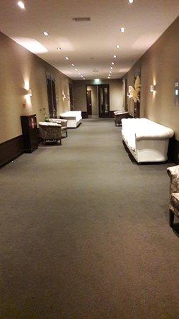 Sassenheim, Países Bajos: le couloir de la chambre au restaurant passe entre les salles du centre d'affaire