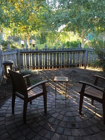Cottage Grove, OR : Outdoor patio for deluxe rooms