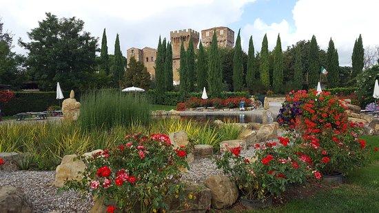 Agriturismi Il Castello La Grancia: Il castello La Grancia visto dal biolago