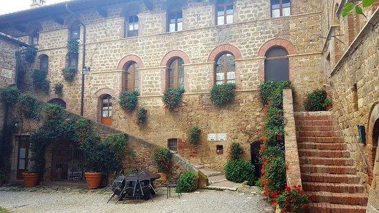 Agriturismi Il Castello La Grancia: Cortile del castello La Grancia da dove si accede alle camere.
