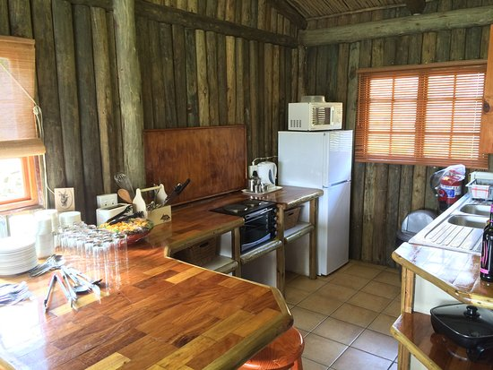 Port Shepstone, Sudáfrica: Lake Eland self-catering chalets have a braai outside, as well as the kitchen nook indoors
