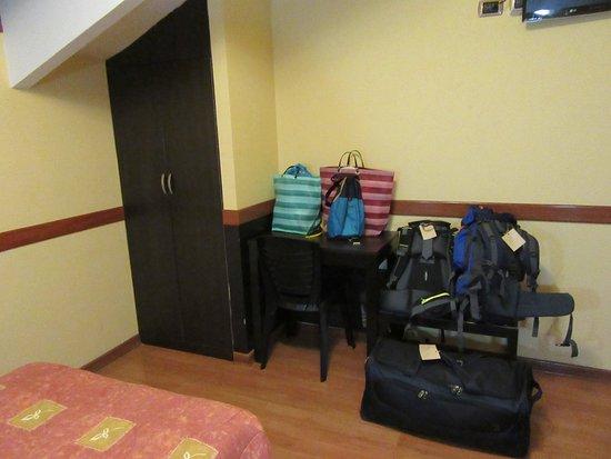 Qosqowasi Hotel: Armadio e accessori da camera