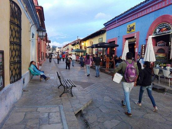 Hotel Casa Margarita: Fuera del Hotel, ya se encuentran lugares para cenar y agencias de viajes.