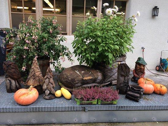 Flachau, Austria: Küche sehr gut, Evi eine herzliche Gastgeberin, ihr Mann ein Künstler mit der Motorsäge