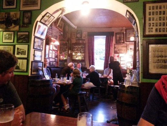 Crosshaven, Ierland: Cronin's pub is full of memorabilia; boxing and films.
