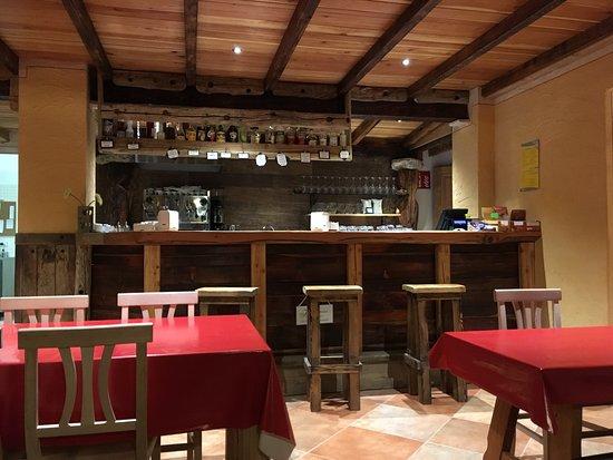 Nus, Italia: il bancone del bar