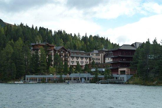 Hotel Hochschober: Blick über den See auf das Hotel