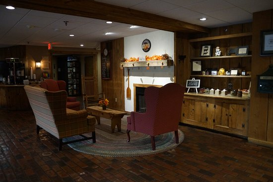 Country Inn of Lancaster: Cosy lobby to have a late evening drink.