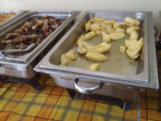 Hotel Bakos: Świeżutki obiadek, kilkudniowe kurczaki i ziemniaki